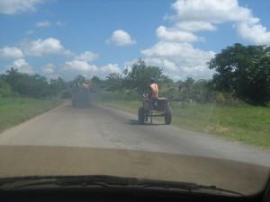 Typische Verkehrsszene auf einer Landstraße zwischen Santiago de Cuba und Holguín (2008)