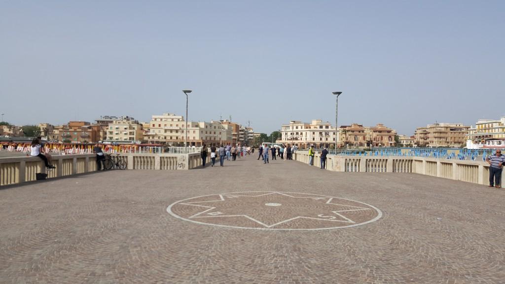 Lido di Ostia, von der zentralen Seebrücke aus bewundert und fotografiert.