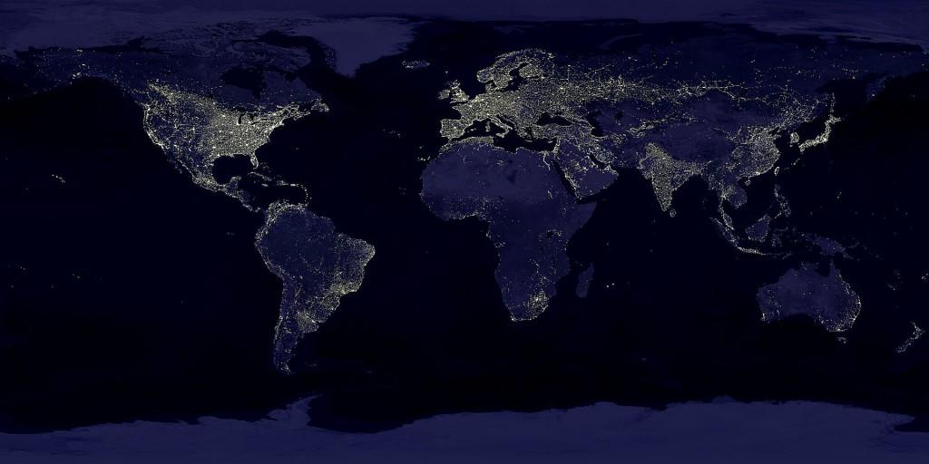 Eine Satellitenaufnahme der Erde gibt anhand der sichtbar gemachten Lichtverschmutzung einen Eindruck der Größenordnung menschlichen Einflusses auf die Umwelt