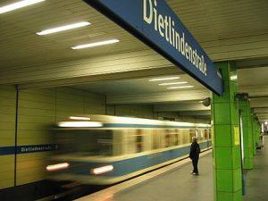 Münchner U-Bahnhof Dietlindenstraße (U6) - Urheber: FloSch - Eigenes Werk unter CC BY 2.5 (2005)
